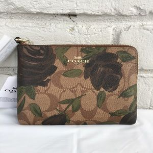 🆕NWT🌺Coach Corner Zip Wristlet With Camo Rose